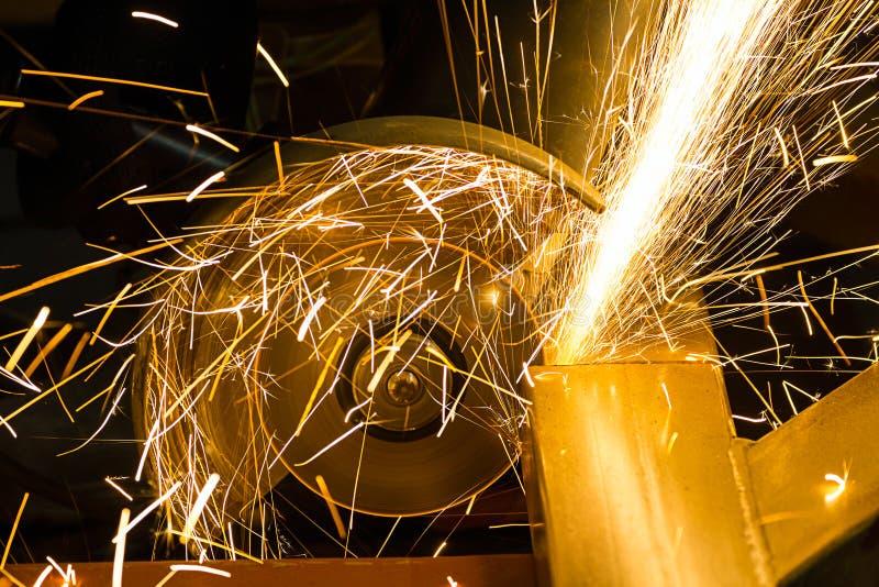 削尖和切开由磨蚀盘机器 图库摄影