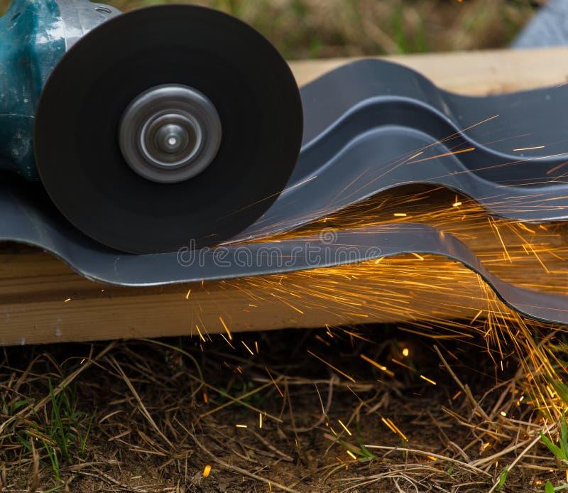 削尖和切开由磨蚀盘机器 免版税图库摄影