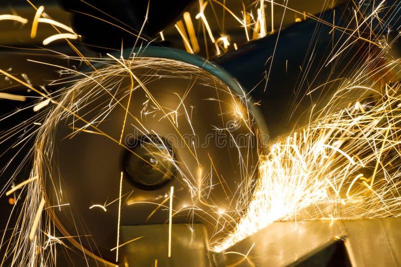 削尖和切开由磨蚀盘机器 库存图片