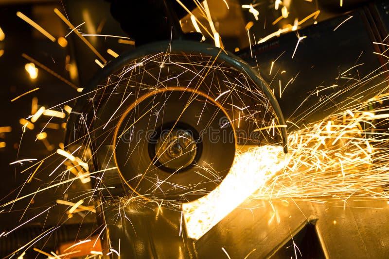 削尖和切开由磨蚀盘的铁 图库摄影