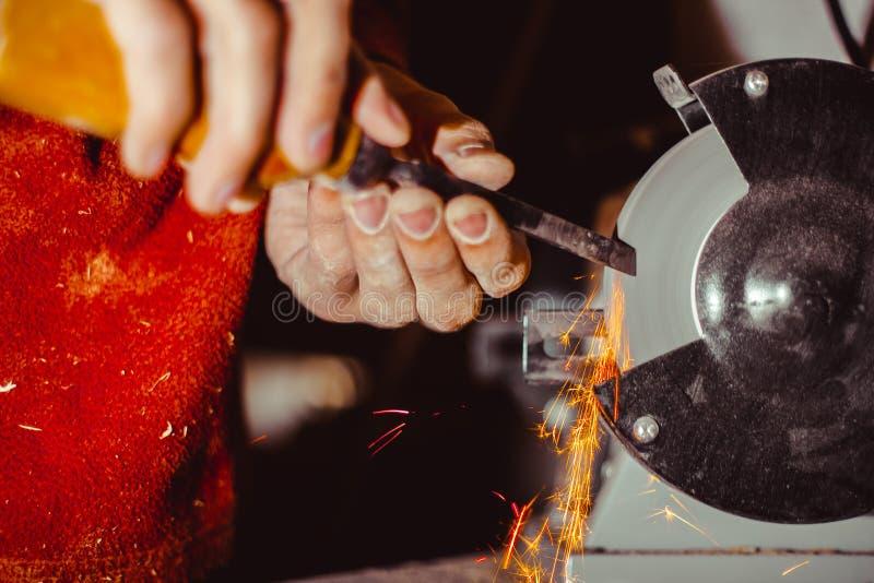 削尖在机器的切削刀 库存照片