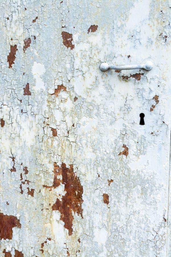 削皮油漆和铁锈在一个老门 免版税图库摄影