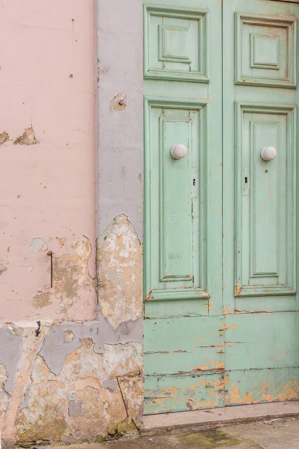 削皮油漆门 库存图片