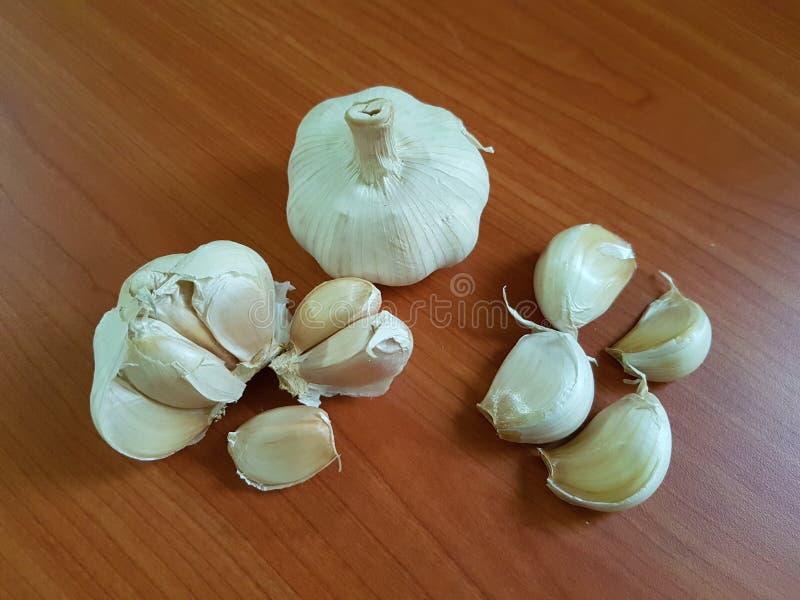 削皮的大蒜的各种各样的形式 免版税库存图片