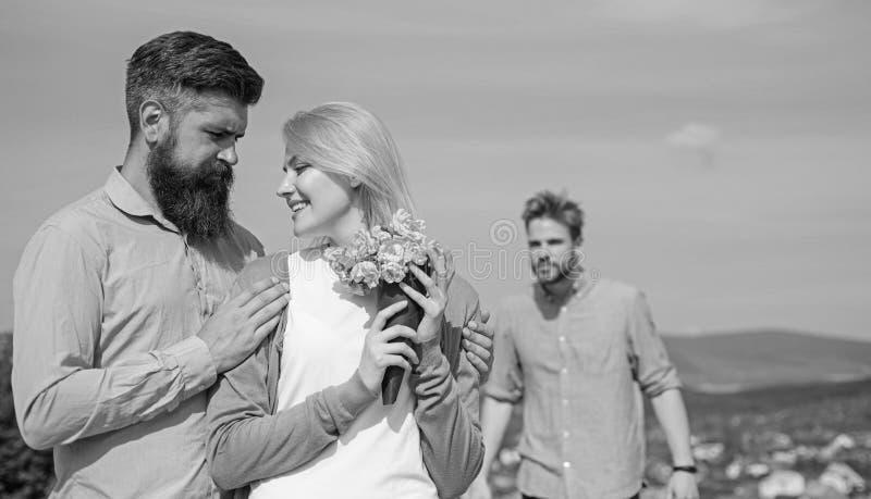 前伙伴观看的女孩开始愉快的爱联系 在约会室外晴天,天空背景的爱的夫妇 事假 免版税图库摄影