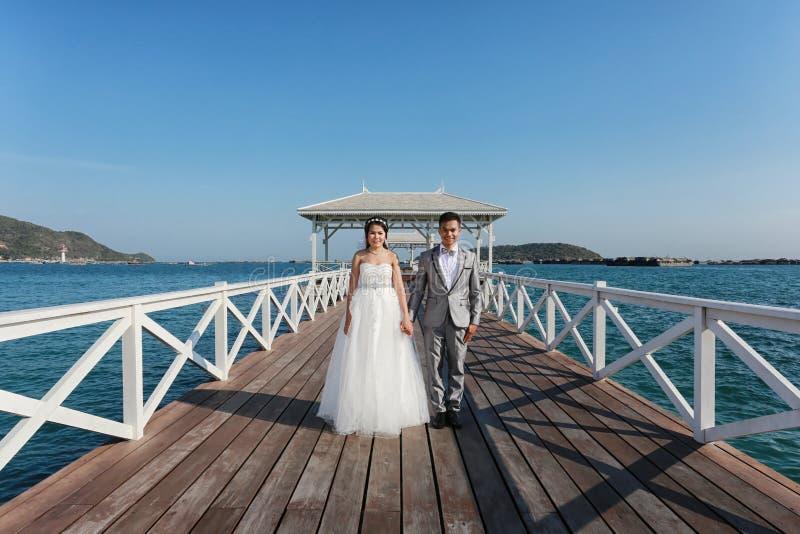 前在一座木Atsadang桥梁的婚姻的摄影泰国夫妇 图库摄影