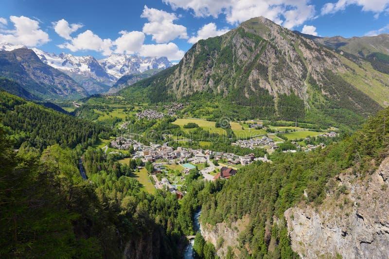 前在库尔马耶乌尔和法国边界附近的圣迪迪耶镇看法  瓦尔- d ' aosta区域,意大利阿尔卑斯 库存照片