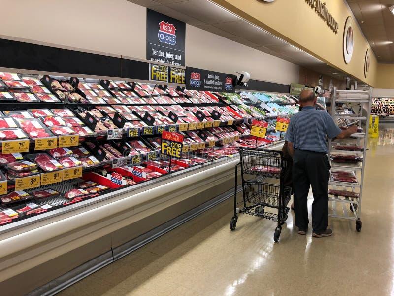 前在超级市场架子的被包装的肉 库存照片