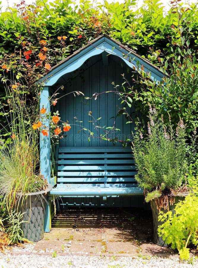 前座统排椅在英国庭院里在早期的春天 免版税图库摄影