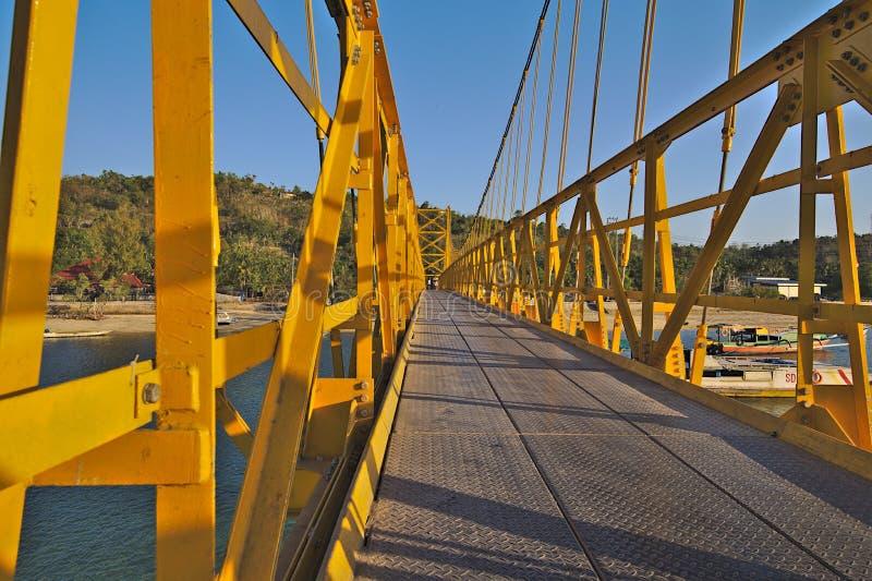 前往印度尼西亚的伦邦岸岛黄色桥梁 免版税库存照片