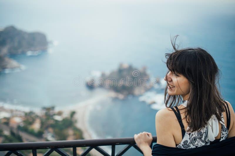 前往意大利的年轻女人 参观的陶尔米纳,西西里岛,意大利 享用妇女的旅客迷住地中海海滨城市 妇女 库存照片