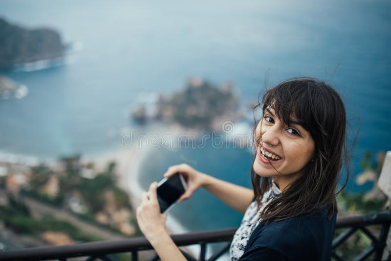 前往意大利的年轻女人 参观的陶尔米纳,西西里岛,意大利 享用妇女的旅客迷住地中海海滨城市 妇女 免版税库存照片