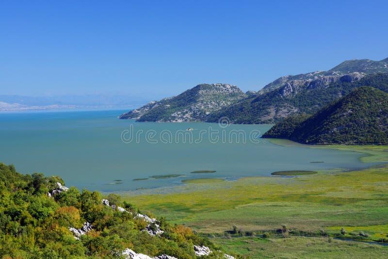 前往黑山,斯卡达尔湖和山脉的顶景 库存照片