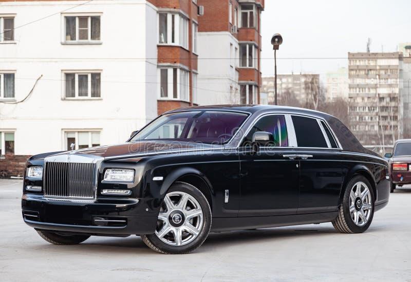 前方视图新一辆非常昂贵的豪华劳斯莱斯幽灵汽车,一辆长的黑大型高级轿车,式样户外,准备待售 免版税库存照片