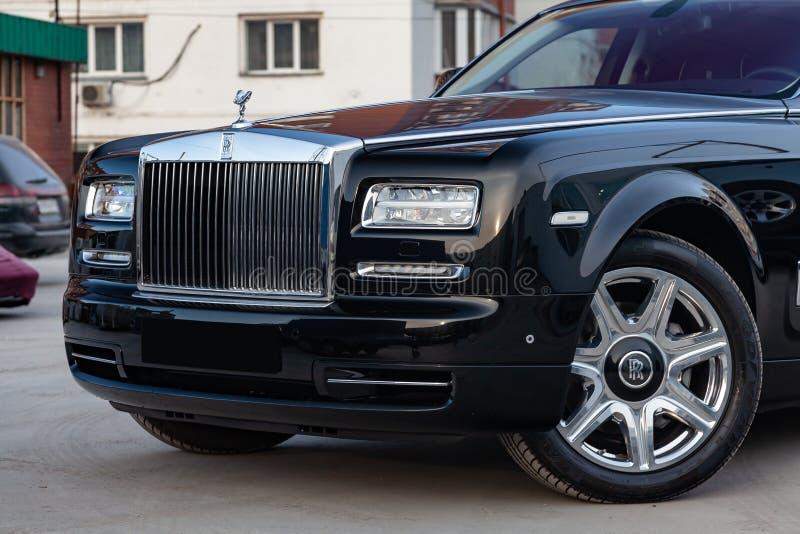 前方视图新一辆非常昂贵的豪华劳斯莱斯幽灵汽车,一辆长的黑大型高级轿车,式样户外,准备待售 库存图片