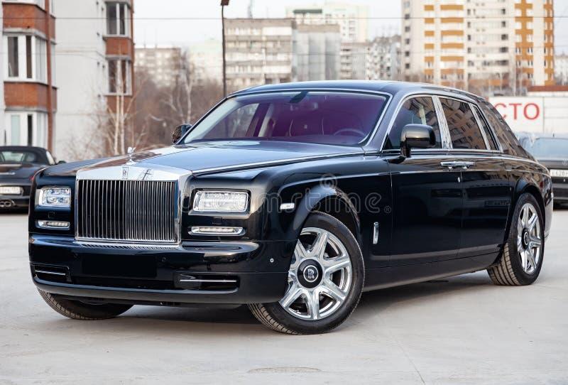 前方视图新一辆非常昂贵的豪华劳斯莱斯幽灵汽车,一辆长的黑大型高级轿车,式样户外,准备待售 免版税图库摄影
