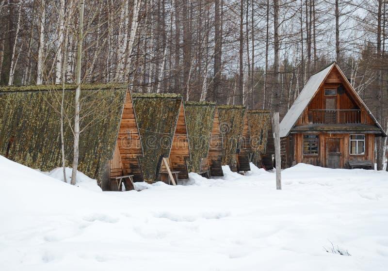 前旅游阵营在有一所木住宅的乡下 免版税库存照片