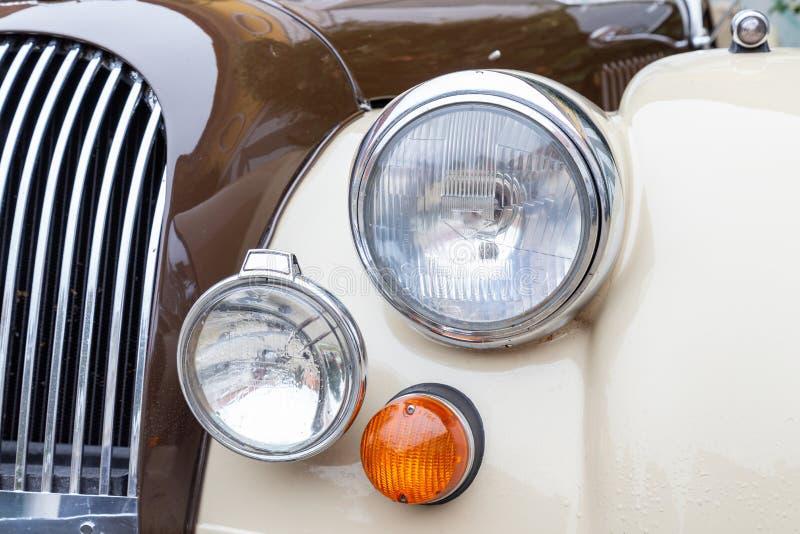 前灯、英国跑车的转弯信号和格栅 免版税库存图片
