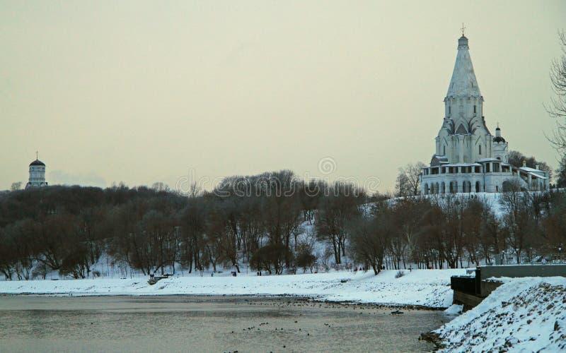 前皇家庄园的Kolomenskoye白色上生教会 免版税库存图片