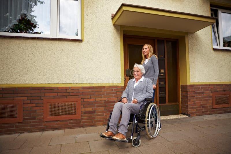 前看护用户轮椅 免版税库存图片