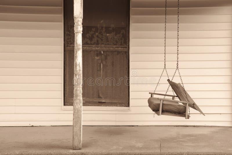 前老门廊摇摆 免版税库存照片