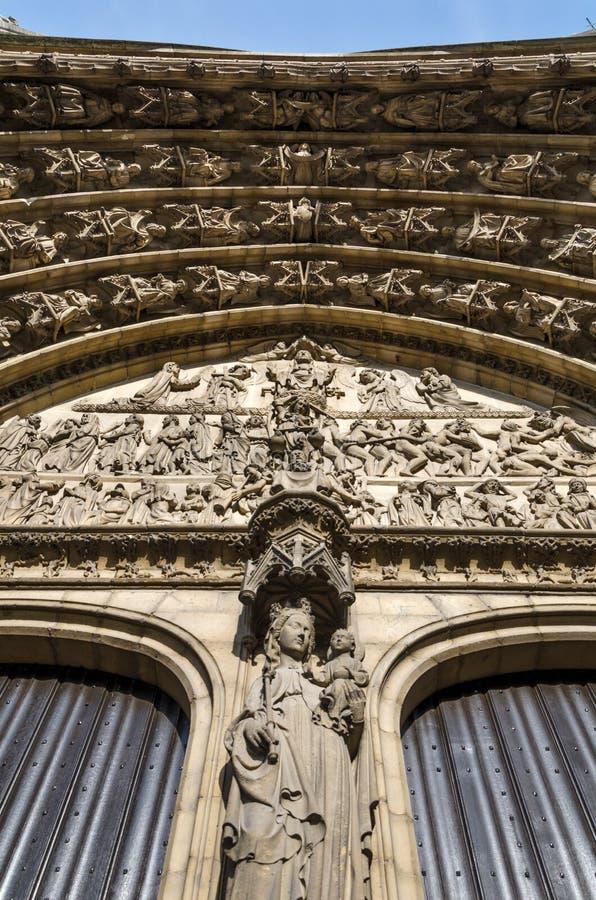 前评断安心在主要门户的O大教堂的  免版税库存照片