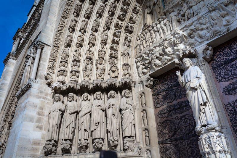 前评断的鼓膜的,巴黎圣母院西部门面的中央门户圣徒  免版税库存图片