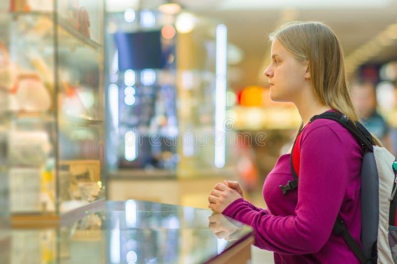 前购物视窗妇女年轻人 库存图片