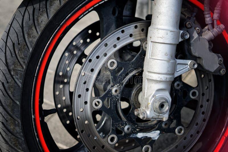 前轮和骑自行车的人摩托车的刹车的机制 公路安全 免版税库存照片