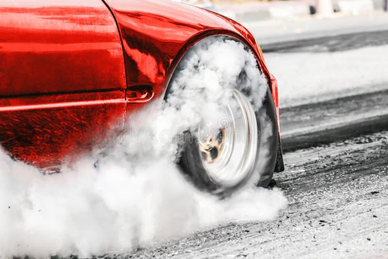 前轮驱动的在起动线的阻力赛车 免版税库存照片