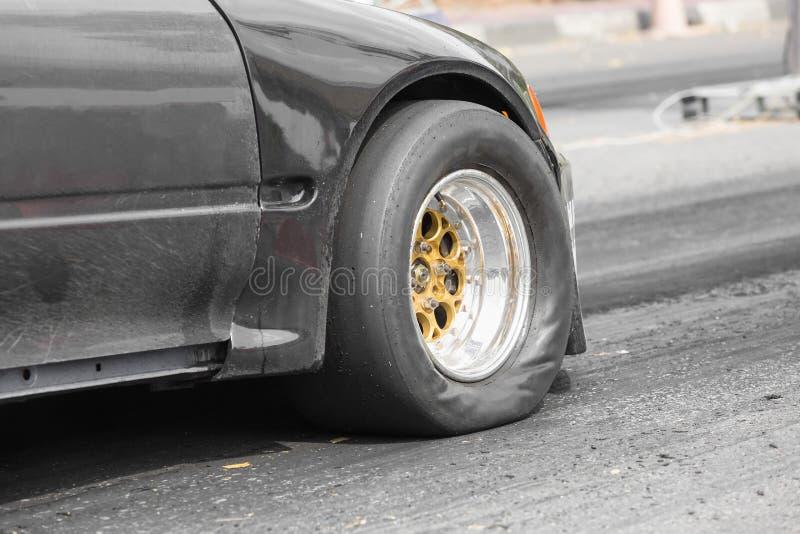 前轮驱动的在起动线的阻力赛车 库存图片