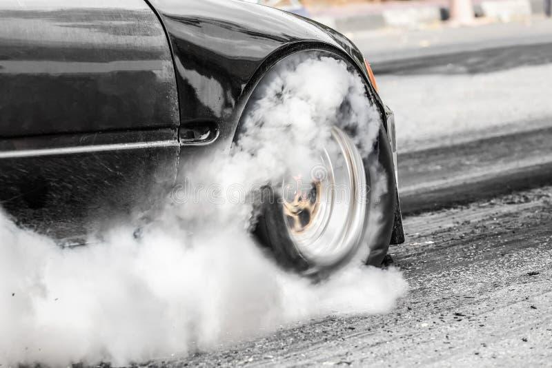 前轮驱动的在起动线的阻力赛车 图库摄影