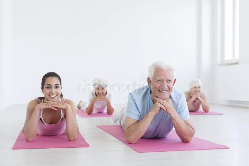 前辈和瑜伽辅导员 库存照片