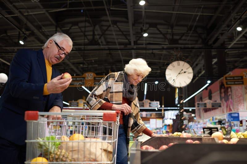 前辈在超级市场 库存图片