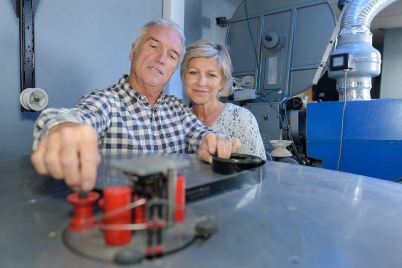 前辈退休了夫妇使用计算机和一起看 库存照片