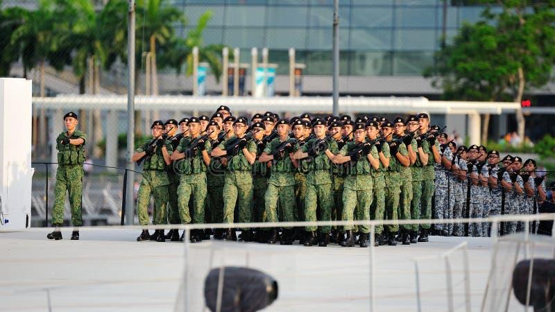 前进到阅兵场的分遣队在国庆节游行(NDP)排练期间2013年 图库摄影