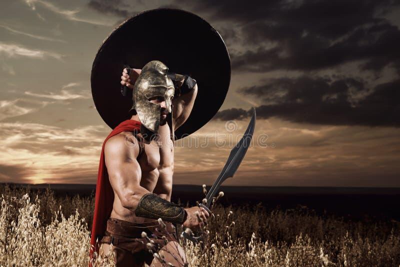 前进在与剑的攻击的斯巴达战士 免版税库存图片