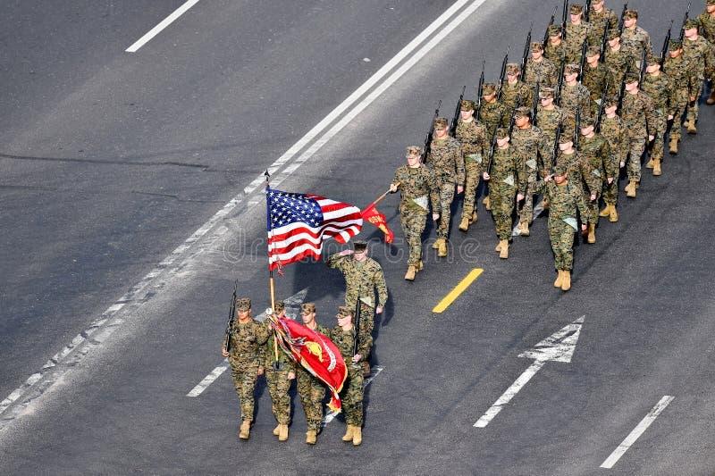 前进在军事游行的美国海军陆战队员 免版税库存图片