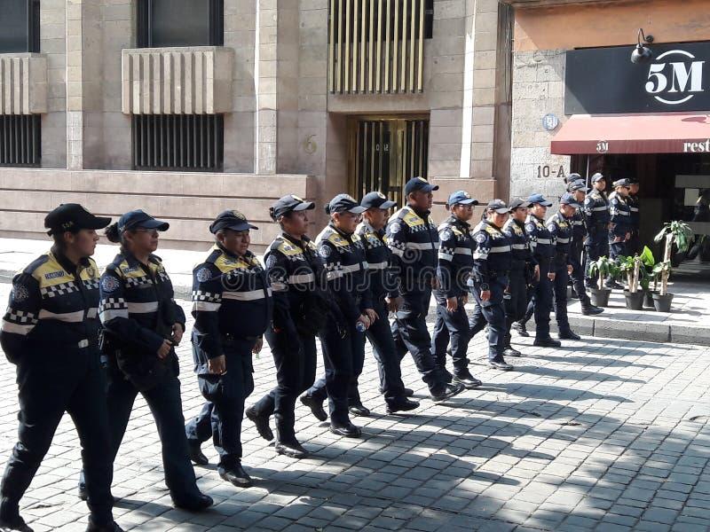 前进在墨西哥城的墨西哥的共产党的示范在劳动节 免版税图库摄影