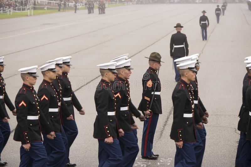 前进在有雾的天的陆战队 免版税图库摄影