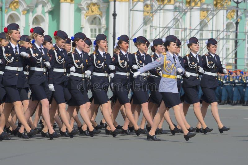 圣彼得堡,俄罗斯- 2015年5月05日:前进在游行排练的警校的军校学生以