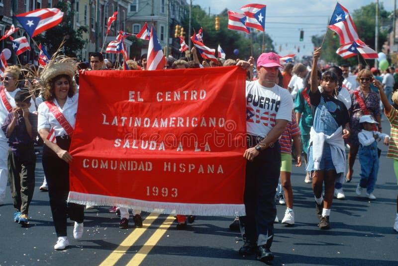 前进在游行的波多黎各人 库存照片