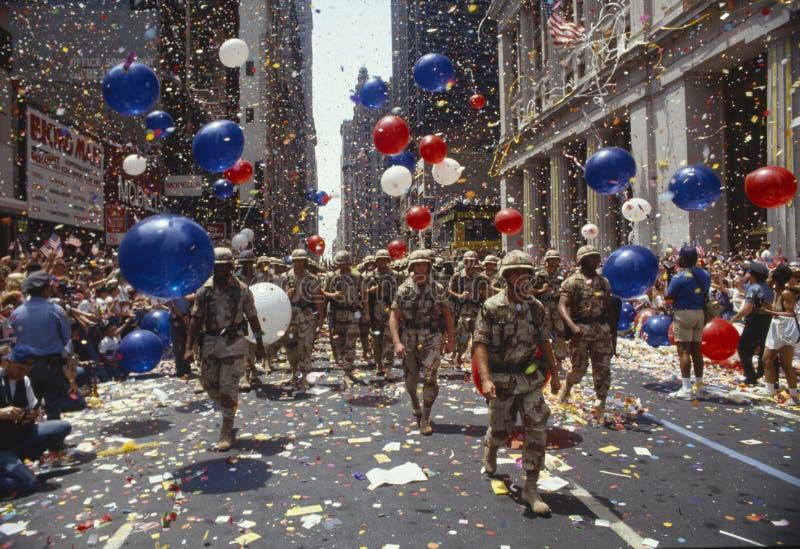 前进在自动收报机纸条的战士游行, NY 库存照片