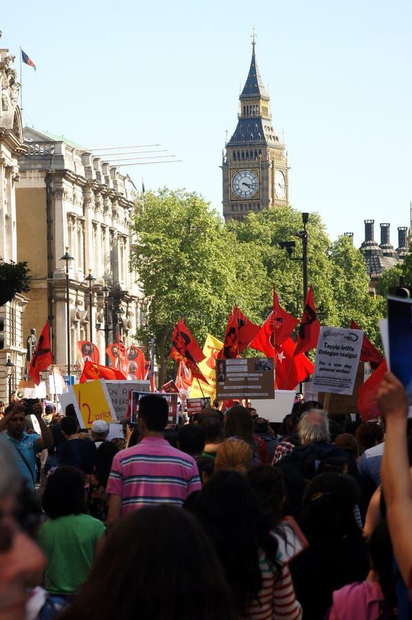前进往议会的土耳其和库尔德抗议者 免版税库存图片