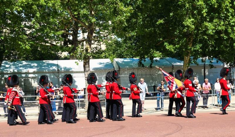 前进礼仪的卫兵通过往白金汉宫,伦敦,英国的购物中心 免版税库存照片