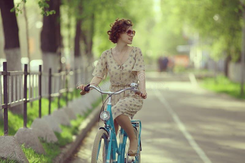 继续前进自行车的女孩 免版税库存照片
