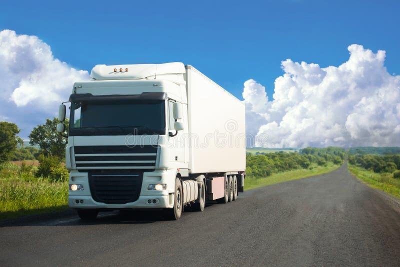 继续前进路的白色卡车 免版税库存图片