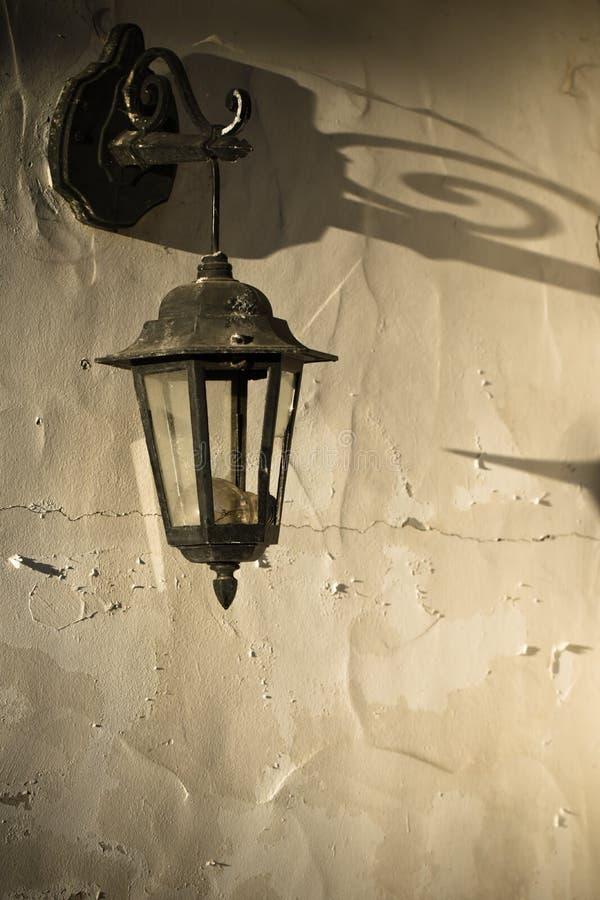 前门入口固定的在墙壁老减速火箭的灯 免版税图库摄影
