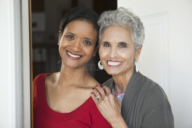 前门的母亲和女儿 库存图片