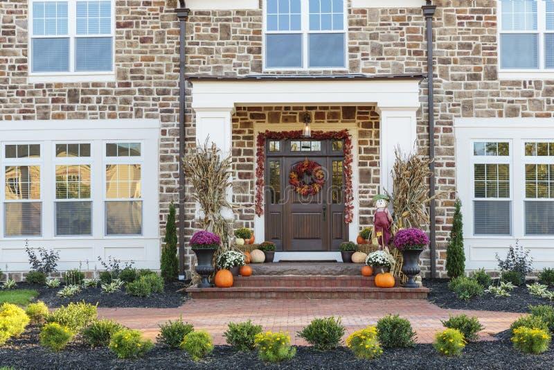 前门,前门水平的看法与季节性装饰的 库存图片